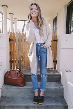 SNL called, they want their mom jeans back | The Daybook | Bloglovin' Clogs Outfit, Mom Jeans Outfit, Pijamas Women, Street Style, Look Chic, Mode Style, Look Fashion, Woman Fashion, Fashion Ideas