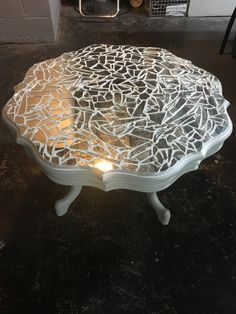 Mirror mosaic conversation table Home décor ideas Cd Mosaic, Mosaic Tile Table, Tile Tables, Mirror Mosaic, Mosaic Crafts, Mosaic Table Tops, Mosaic Projects, Mosaic Glass, Broken Mirror Projects