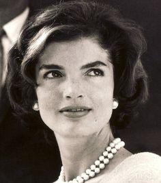 Jackie Kennedy with that mysterious, beautiful gaze Jfk And Jackie Kennedy, Jackie Oh, Jaqueline Kennedy, Los Kennedy, Kennedy Wife, Divas, John Fitzgerald, Timeless Beauty, Classic Beauty