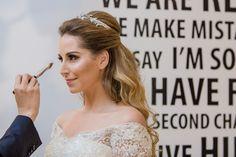 Carol retoca a maquiagem momentos antes de começar a cerimônia - Casamento Caroline Blaj e Luis Guilherme Campos