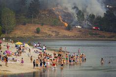 Vista del incendio en Salmeán (Soutomaior) desde la playa de Pontesampaio (Galicia), el 10 de agosto de 2016.