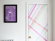 décoration de la porte blanche en masking tape en tons pastel