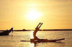 Que paz de espírito incrível que dá só de olhar para essa foto não é? Vontade de parar tudo que estamos fazendo e alinhar o nosso corpo e mente sob esse pôr do sol magnífico da Tailândia já. A foto é da @ruy_camila #regram #calcathai #meditacao #yoga #espiritualidade #tailandia #pordosol
