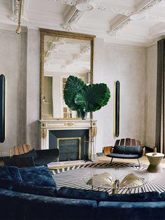 C'était un appartement haussmannien et plutôt kitsch. Karl Fournier et Olivier Marty, de Studio KO, lui ont donné un nouvel esprit, en s'inspirant des ciels de Paris. Un jeu moderne-classique tout en douceur.