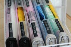 Utilisez des anciennes chemises box en plastique pour ranger et organiser tous vos sacs plastiques / poubelles. Faites un trou avec un couteau pour pouvoir les prendre rapidement.