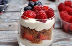 Yogurt Parfait is an incredibly EASY healthy breakfast made from layers of sweet vanilla yogurt, berries, granola and honey, ready in only a few minutes! Parfait Desserts, Strawberry Desserts, Desserts With Strawberries, Strawberry Champagne, Strawberry Jam, Granola, Healthy Yogurt Parfait, Layered Desserts, Mousse