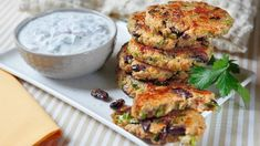Placičky z quinoy s koriandrovým dipem Quinoa, Polenta, Tandoori Chicken, Salmon Burgers, Diabetes, Dip, Healthy Recipes, Healthy Food, Veggies