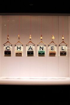 Creative Chanel visual merchandising using clothes hangers. Design Display, Store Design, Display Ideas, Design Design, Interior Design, Visual Merchandising Displays, Visual Display, Retail Windows, Store Windows