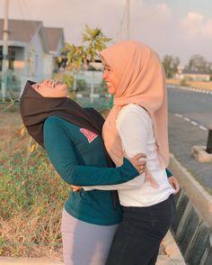Hijab Jeans, Beautiful Muslim Women, Hijab Chic, Doraemon, Sexy Dresses, Yoga Pants, Amazing Women, Girl Outfits, Photoshoot
