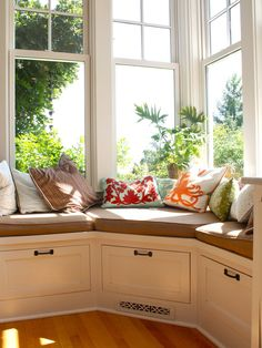 I have one bay seat but if I move, I want either a wall of windows or another bay window seat - or both! Bay Window Seat & Storage idea Traditional Kitchen Design, Pictures, Remodel, Decor and Ideas Corner Window Seats, Window Seat Kitchen, Window Benches, Corner Seating, Corner Windows, Corner Nook, Corner Banquette, Corner Space, Kitchen Windows