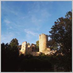 Ein (vorerst) letzter Blick auf die Burgruine Prandegg bevor wir den Heimweg angetreten haben.   Beim Blick auf die Burg in der Abendsonne ist mir aufgefallen wie ähnlich sich das Licht mit dem bei unserem letzten Besuch war. Also habe ich nachgesehen wann wir zum ersten und bis vor kurzem letzten Mal dort waren.   Und tatsächlich wir sind zufälligerweise auf den Tag genau nach einem Jahr wieder dort gewesen! Ob wir für den nächsten Besuch wieder so lange brauchen werden?  . . . #burgruine… The Walking Dad, Monument Valley, New York Skyline, Instagram, Manor Houses, Nature, Travel, Castles, Ruins