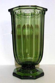 Een erg mooie strakke en imposante art deco vaas in donkergroen persglas, gemaakt door Val Saint Lambert binnen hun Luxval reeks, uitgegeven tijdens de jaren 1930.   Zowel de vorm ('Dick') als kleur (donkergroen) zijn vrij uitzonderlijk, wat deze combinatie tot een een vrij zeldzame vaas uit de reeks maakt. De vaas is onderaan gemerkt met 'Val St Lambert - Belgique' en staat eveneens afgebeeld in de catalogus van Luxval uit 1935 onder de benaming 'Dick'.  De vaas bevindt zich in goede staat…