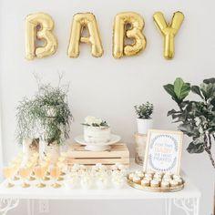 Comment organiser une baby shower réussie ? Chez Séraphine venez découvrir notre collection de robes spéciale Baby Shower ici : http://www.seraphine.fr/vetements/robe-grossesse-baby-shower.html | Séraphine | Inspiration | Maternité | Bébé | Été | Baby Shower | Blanc | Or | Vert | Classic | Cake | Gateaux | Grossesse | Idée décoration |