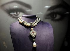 Picture of the pearl necklace worn by Elizabeth Taylor