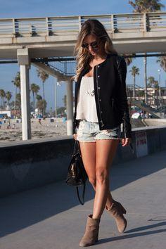 Look – San Diego 1 Shorts: Brandy Melville | Cropped: Brandy Melville | Jaqueta: Rag & Bone | Bolsa: Saint Laurent | Bota: Luiza Barcelos