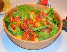 Veganessa beging ihr erstes schmerzfreies Weihnachten nach Jahren mit einem groooßen Salat. Wundervoll bunt sieht das aus!