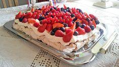 Pavlova i langpanne med nougatkrem og friske bær   Godt.no Kolaci I Torte, Pavlova, Sweets Cake, Frisk, Let Them Eat Cake, Irene, Waffles, Recipies, Cheesecake