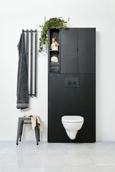 Det beste argumentet for å velge et vegghengt toalett er at det er enklere å rengjøre. I tillegg gir det badet et moderne touch. For deg som vurderer å skift... Bathroom Inspo, Bathroom Inspiration, Smart Storage, Bathroom Furniture, Bauhaus, Storage Solutions, Man Cave, Minimalism, Toilet