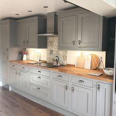 Choosing New Kitchen Cabinets Grey Kitchen Designs, Kitchen Room Design, Kitchen Colors, Home Decor Kitchen, Kitchen Layout, Kitchen Interior, Home Kitchens, Kitchen Ideas, Open Plan Kitchen