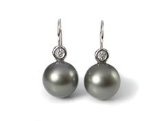 white gold earing with diamonds and tahiti Pearls