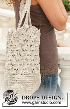 Crochet bag/tote bag with lace pattern in DROPS Bomull-LinRavelry: Maurea pattern by DROPS design Mochila Crochet, Crochet Tote, Crochet Handbags, Crochet Purses, Filet Crochet, Crochet Hooks, Knit Crochet, Mode Crochet, Crochet Shell Stitch