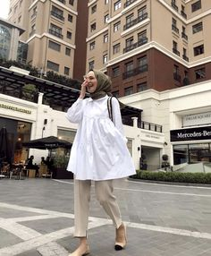 Hissedilen her şeye cümle kurulamıyor bu da öyle bir şey💛 You can't make sentences for everything you feel, which is something like that💛 # mesopotamyakeffi w / Modest Fashion Hijab, Modern Hijab Fashion, Casual Hijab Outfit, Muslim Fashion, Women's Fashion Dresses, Hijab Chic, High Street Fashion, Street Hijab Fashion, Modest Dresses