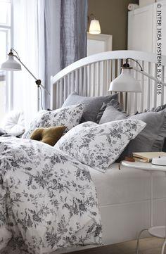 beddengoed met een bloemenmotiefje en klassieke meubels geven jouw slaapkamer meteen een romantische toets bedframe