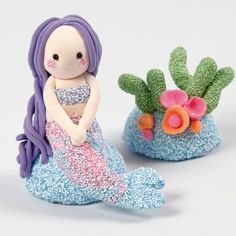 This mermaid and coral reef are modelled from Foam Clay and Silk Clay around two halves of a polystyrene ball. Uni Posca, Plasticine, Diy Clay, Small Flowers, Glass Ornaments, Leather Cord, Bracelet Making, Pixie, Crafts For Kids