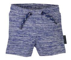 Blauwe gestreepte jongens jogging short van het kinderkleding merk Dirkje Babywear.  Een blauw - wit gestreepte jongens short zonder sluiting (elastische taille) (koordje enkel als versiering) Een soepel en heel gemakkelijk jongens shortje