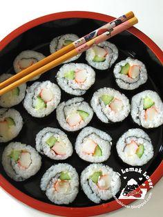 Sushi is one of the reasons I take Japanese Club. Gotta love that sushi! Sushi At Home, My Sushi, Sushi Love, Simple Sushi, Onigirazu, How To Make Sushi, Mochi, I Love Food, Good Food