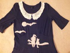 Voici une robe thème sorcière au clair de lune taille 38. A l'avant un chat et sa sorcière regardent les chauves souris volant au clair de lune. Au dos une sorcière sur son balai et une petite araignée .         http://www.alittlemarket.com/boutique/chouettes_contes_et_cie-863193.html