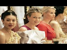 ท่านผู้หญิงศรีรัศมิ์ สุวะดี งามสง่าในชุดไทย - YouTube