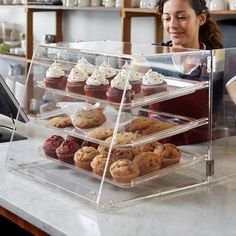Show off all your tempting pastries in this Choice 3 tray bakery display case! Use Choice bakery display cases to display all of your muffins, breads, bagels, cupcakes, and cookies in your bakery or cafe. Bakery Decor, Bakery Interior, Home Bakery, Bakery Cafe, Bakery Shops, Pastry Shop Interior, Bakery Ideas, Bakery Display Case, Cafe Display