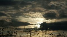Sur la route à travers le pare brise le ciel en route vers le soleil couchant