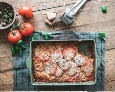 Pasta puttanesca on helppo pasta, joka valmistuu uunissa Pasta Puttanesca, Orzo, Cooking Recipes, Chicken, Meat, Food, Simple, Italia, Lasagna