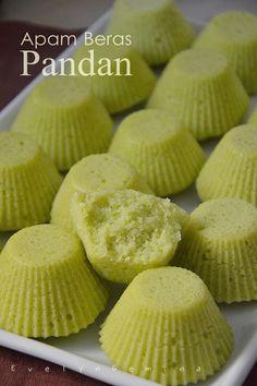 APAM BERAS PANDAN Indonesian Desserts, Filipino Desserts, Asian Desserts, Indonesian Food, Nyonya Food, Malaysian Dessert, Asian Cake, Cake Recipes, Dessert Recipes