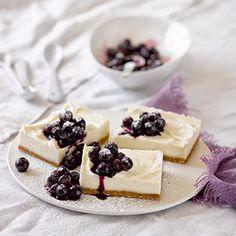 Weiße Schokolade und Mascarpone in der Füllung machen den Kuchen sehr süß, da sind die Heidelbeeren ein unbedingtes fruchtiges Muss obenauf. Ich habe das Topping mit etwas Speisestärke sämiger gestaltet. Ein schlimmer, kühler Verführer zum