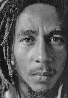 Photo of Bob Marley by David Burnett Love the intensity of the image. Damian Marley, Reggae Bob Marley, Bob Marley Pictures, Marley Family, Jah Rastafari, Robert Nesta, Nesta Marley, The Wailers, Portraits