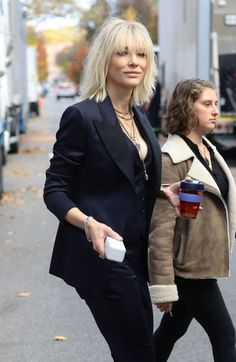 Cate Blanchett channels Worzel Gummidge on Ocean's Eight set – Cate Blanchett canaliza a Worzel Gummidge en el set Ocean's Eight – Cate Blanchett, Celebrity Hairstyles, Hairstyles With Bangs, Layered Hairstyle, Medium Hair Styles, Short Hair Styles, Rocker Hair, Shaggy Haircuts, Corte Y Color