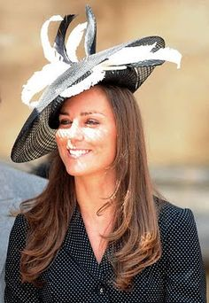 Pamela con ala negra y plumas blancas y negras. Kate Middleton Family 7fcd0b031701