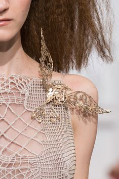 Schiaparelli at Couture Spring 2016 - Details Runway Photos Couture Fashion, Runway Fashion, Fashion Art, Fashion Design, Couture Details, Fashion Details, Elsa Schiaparelli, Premier Designs Jewelry, Fabric Manipulation