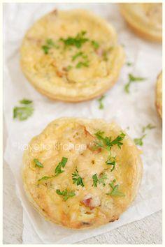 5 fogli di pasta sfoglia  2 fette di ananas (in scatola)  3 oz Boursin  3 oz pancetta  1 uovo  1/4 di cucchiaino di curry in polvere  pepe di cayenna  1/2 cucchiaino di prezzemolo secco  formaggio grattugiato