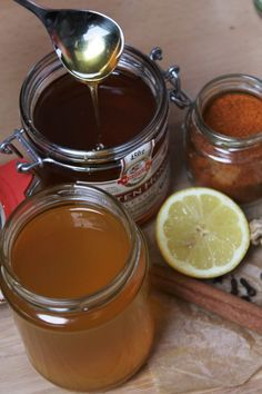 Homemade infusion to fight the flu with raw honey, lemon, ginger, cinnamon, turmeric and Cayenne Healthy Tips, Healthy Eating, Fighting The Flu, Turmeric Tea, Smoothie, Nutrition, Herbal Tea, Natural Medicine, Natural Remedies
