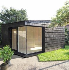 This garden studio features a plywood-lined interior and is covered in cedar shingles. Bussum Garden Studio by Serge Schoemaker Architects. Backyard Guest Houses, Backyard Office, Backyard Studio, Modern Backyard, Garden Office, Backyard Sheds, Garden Pods, Garden Buildings, Minimalist Home