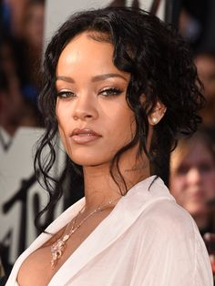 Are we having flashbacks, or does Rihanna look like she took her beauty inspiration from the at the MTV Movie Awards? She wore her jet-black curls pulled Rihanna 2014, Rihanna Show, Rihanna Style, Rihanna Fenty, Rihanna No Makeup, Mtv Movie Awards, Rihanna Hairstyles, Celebrity Hairstyles, Long Hairstyles