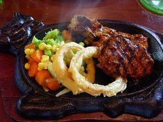 Resep Steak Sapi Hot Plate Chef Recipes, Meat Recipes, Cooking Recipes, Steak Plates, Chicken Steak, Western Food, Food Plating, Plating Ideas, Indonesian Food
