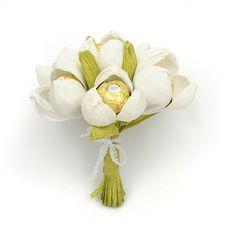 Esse buquê Ferrero Rocher além de ser sofisticado em aparência, é uma delicia!  Contém: 7 bombons Ferrero Rocher.  Diâmetro: 15 cm  Altura: 20 cm #bouquet #buquê #FerreroRocher #bombons #daminhas #noiva #casamento #achadododia #achadosqueamamos #achado #noivinhasdeluxo