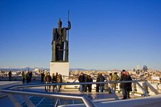 Madrid – eine Stadt voller Kontraste Art-déco-Palast      Seit den 1920er-Jahren das Setting für die Aktivitäten des Madrilenischen Kunstvereins ist der absolut sehenswerte Círculo de Bellas Artes. Ausstellungen, Theater, Filmzyklen, Konferenzen und der legendäre Karnevalsball setzen ebenso Akzente wie das Belle-Époque-Café im Erdgeschoss – und von der Dachterrasse aus …