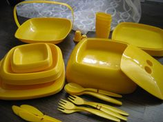 A fun vintage set for your Daffy Day picnic Vintage Yellow, Retro Vintage, Picnic Decorations, Picnic Set, Shades Of Yellow, Rubber Bands, Mellow Yellow, Vintage Furniture, Pantone