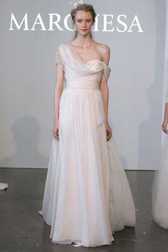 Vestidos-de-novia-2015-con-hombros-caidos-Marchesa